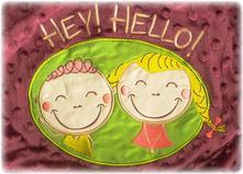 Sensillo deka s nápisom hey hello hneda,