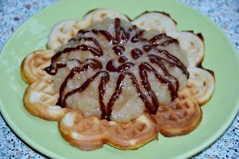 wafle/americke palacinky v celku.. s jablkami a citronovo-cokoladovou polevou, ktora mi zostala z rolady .))))