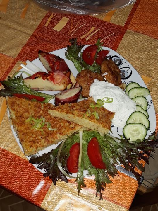 Zemiaková babam zemiaková kaša zapekaná v slaninke, karbonátky, uhorkový dresing