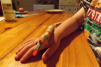 nase dnesne dielko...rano Patrick vstal s tym, ze chce hada....tak som vzala kus latky z rozstrihanej sukne - spodnicka, odstrihla pasik, on dostal fixy na textil a nakreslil skvrny...dosila som ja