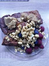 Banánový chlieb, cerealie, maliny, cucoriedky a orieskove masla