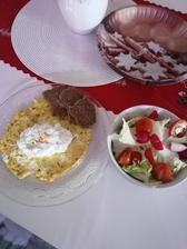 Čerstvá zelenina, omeleta s cottage a razny chlieb