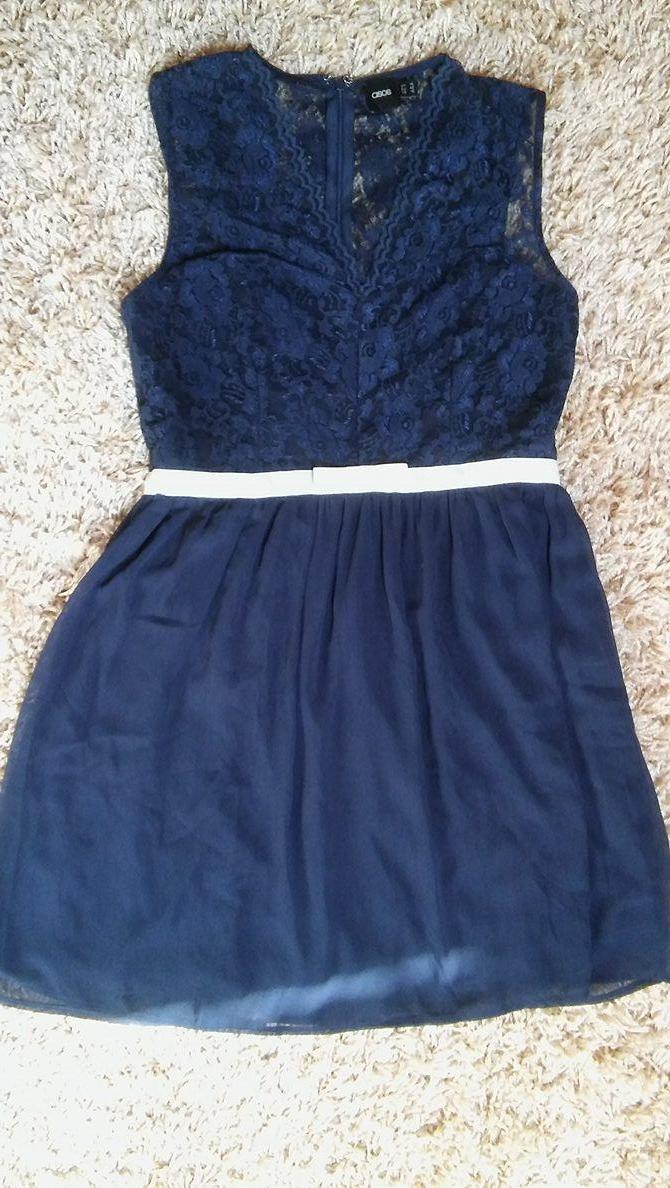 aeaf686dfa9d Predám tmavomodré čipkované šaty