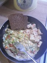 Lečo vylepšené o cottage zmiešaný s lucinou, chilli tofu a chlebik
