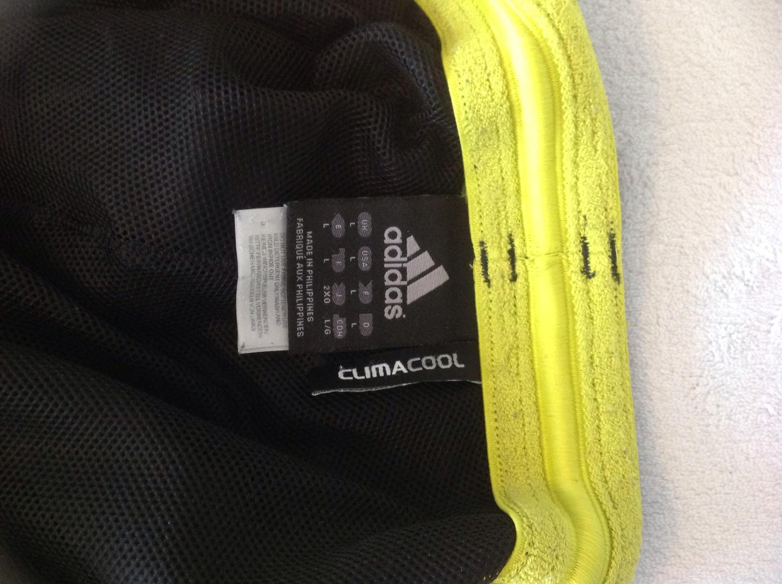 3ada5c836 Original rozpoznate podla visacky zapositej v bocnom sve je tam cislo ktore  zobrazuje mesiac a rok vyroby...katdy original adidas ho ma tieto nohavice  boli ...