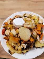 Obedík, grilovaná zelenina (tak manželovi dnes nedalo a hodil mi zeleninu na plechu v surovom stave na vahu a vyviedol ma z omylu ze je to 500g, vaha ukazala ze je to 1400g)🙈😂