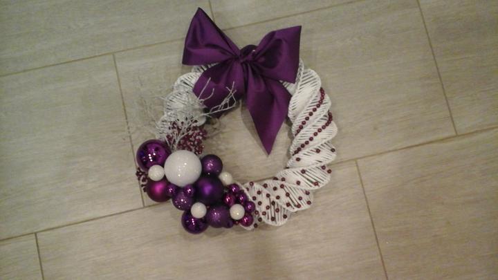 f3d18211b Na vianoce - pletené z papiera - veniec na dvere bielofialovy ...