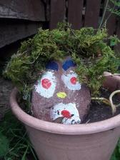 zahradny kvetinacovy skriatok /Patrickovo dielko) s napadom mach na vlasy prisla mama....lebo z prechadzky z lesa treba stale cosi doniest