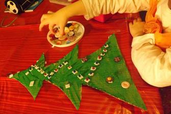 precvicovali sme jemn motoriku na vianocnu temu....z kartonu vystrihnuty stromcek {ja}, vymalovany {Eliska} a na vyznacene miesta lepene podla vole gulicky alebo gombiky