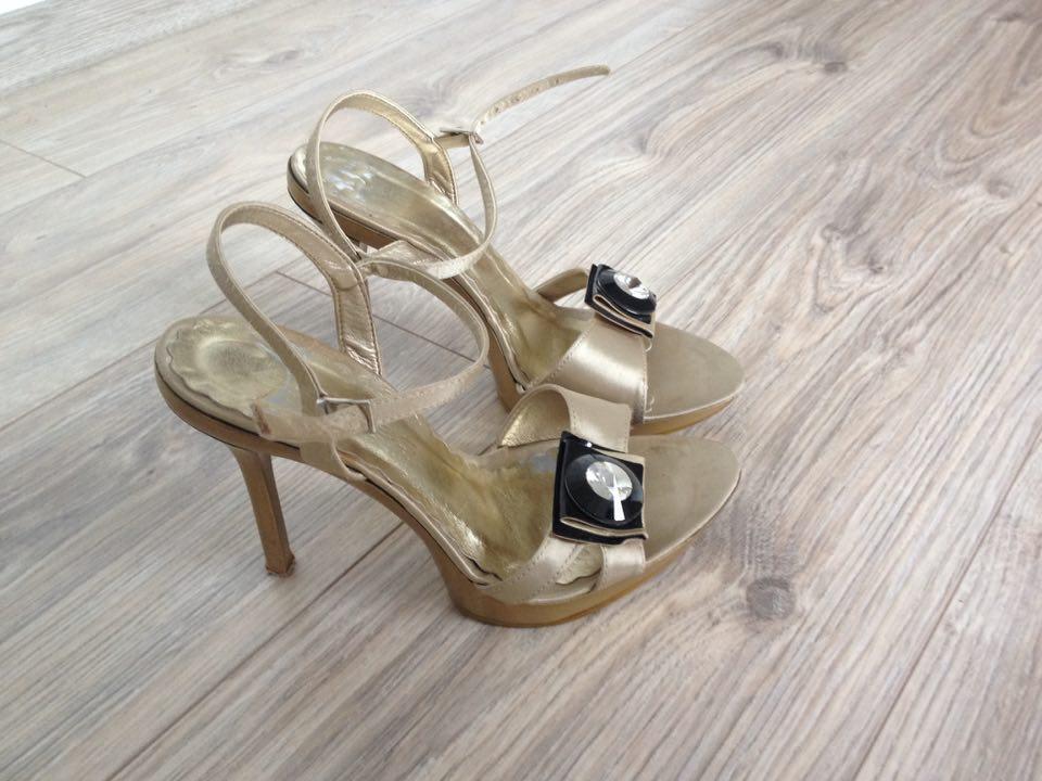 d46c3e8dba52 Zlaté sandálky