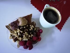 Chlebik, cokolada, cerealie, maliny a tuky v podobe masielok nesmu chýbať