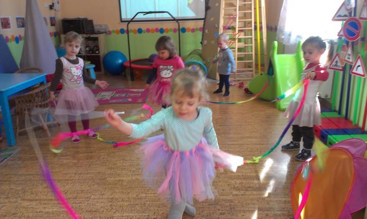Sukne, stuhy, baletne cvicky ... nase male princezne si uzivaju