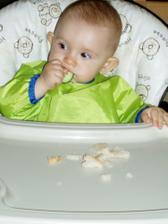 Papkám uhorku a chlebík a hádajte, kam sa pozerám? (na Kaju)