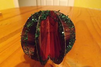 papierova bombula na stromcek - pouzila som tvrdy papier z casopisu - tutilna strana