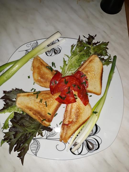 Sendvič plnený syrom a chorizo salámou