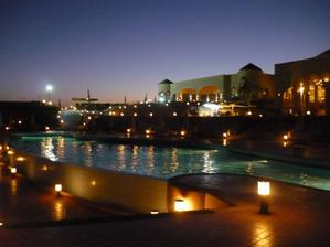nocna fotka hotela zo zadnej casti
