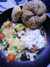 Kaiserka cerealna, tycinka s olivami, cottage a prazenicka s cibulkou a cherry rajcinkami