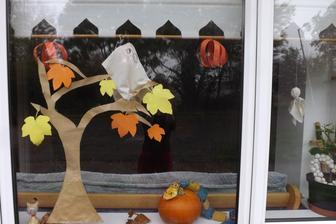 nasa halloweenska vyzdoba - neminuli sme na nu ani cent /teda okrem tekvice/ a druha taka sa na okne nevidi