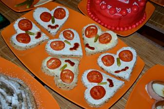 chlebik s natierkou musi byt.. cherry paradajky+uhorka+kecup :) srdiecko-plechova vykrajovacka :)