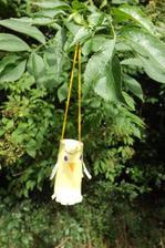 a na stromceky do zahradky urobime vtacikov - hoc tento vyzera jak kuriatko...uz aj pakrat zmokol ale rolka z toaletaka krasne vydrzala.