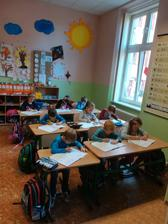 po mesiaci v škole 1o/2018´- 1.A - foto od p. učiteľky - Xenka práve nebola ochorela - začiatky písania atramentovým perom v škole