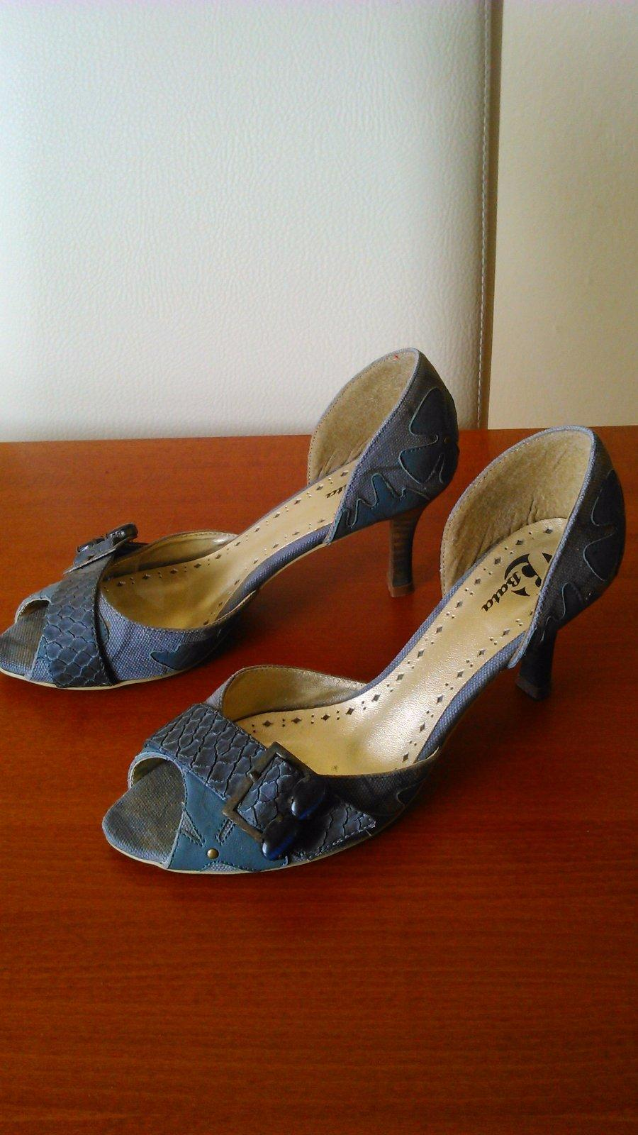 22cbe9563b7b Dámske sandále rifloveho vzhľadu zn. baťa