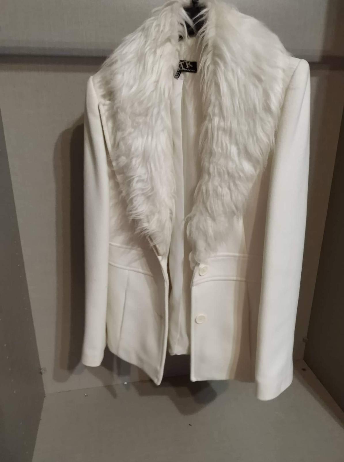 Biely kabát s kožušinovým golierom 7821bea03b9