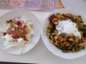 Grilovana zelenina so zakysanou smotanou a krekrami, cerstvy salatik🥗