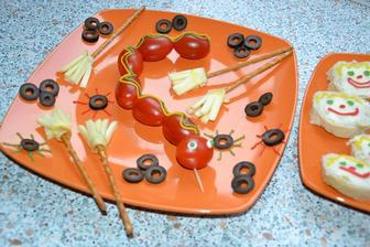 syrove metlicky zo slanych tyciniek a udenej parenice, ktoru nase baby miluju.. rovnako ako paradajky a olivy .)