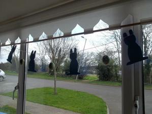 velkonocna okenna vyzdoba v duchu recyklujeme - kartonovi zajacikovia potiahnuty latkou zo starej plachty a k tomu recy vajicka