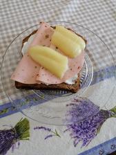 Bielkovínovy chlebík, lucina, paprika a veggie saláma pikant