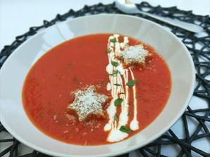 1r.+ Rajčatová polévka s bylinkami a parmezánem