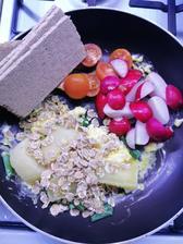 Vajíčka na jarnej cibulke, cherry paradajky, redkovka, olomocky syrecek, spaldove lupienky a vlakninovy chlebik