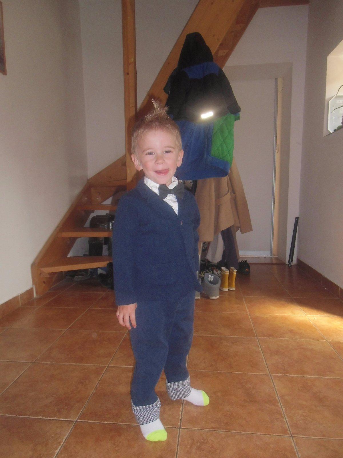 inak teraz na svadbe bol jeden chlapec v rifloch a v pohode vyzeral mal  košeľu a veľkého motýľa. c11ddacd5fb