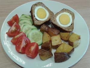 skotská vejce s pečenými brambory a zeleninou