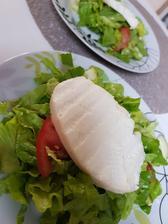 Večera-zeleninový šalát pokvapkaný citrónom s grilovaným kozím syrom