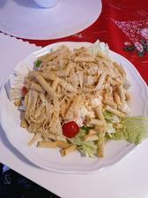 Salat z cerstvej zeleniny, quinoa fettucine, cottage paradajka, bazalka a olivy s amarantovymi tycinkami