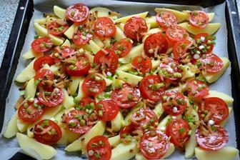 zemiaky+paradajky+mlada cibulka+oprazena slaninka+salatove korenie.. zapecene.. mnaaaaaam