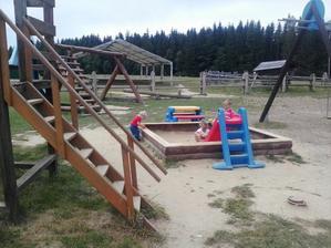 Prví na ihrisku.... Ostatné deti ešte spali, my tu boli už o 7.00...:-)