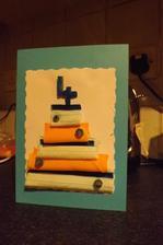 sobotu ideme na detsku party, tak sa urobila oslavencovi pohladnicu- zbytky latky, stuzka, karton a kolecka z ceruzky