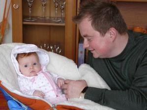 Tatík sa zaškoľuje na malej Kiare