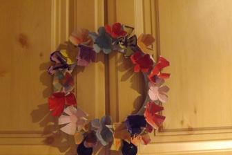 zakvitnuty vencek - kvety su z podlozky na vajicka...vystrihnut vezickove casti a farbenie si deti uziju - fantazii sa medze nekladu