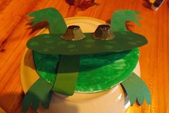 zaba pre deticky v kniznici - papierovy tanier, oci z kartonu od vajicok a farebny papier. A na koniec najlepsia zabava - bodkovanie odtlackami prstu.