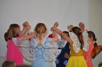 """Xenky počas vystúpenia ako """"Dážďovka Anka"""" 2019´v knižnici Evanjelickej školy v PO - 19-06-2019´"""