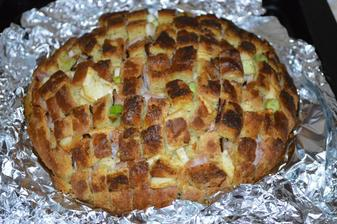 Pečený plnený chlebík.