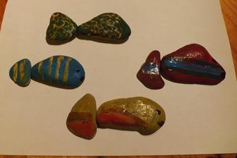 kamene od mora posluzia na skladacku rybicky - pojde o to, aby sa nasiel spravny chvostik k telu rybicky - budeme precvicovat farby a vzory.