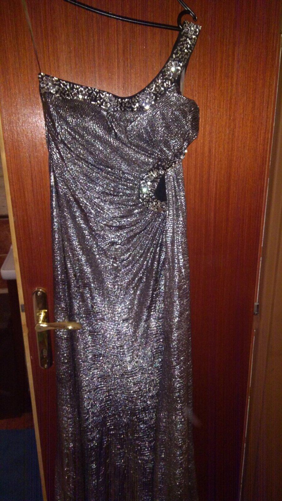 c6c665fe4952 Strieborné spoločenské šaty na jedno rameno