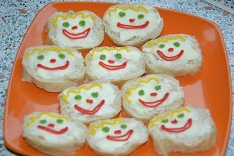 a maslove jednohubky s usmevmi.. mi to pripomenulo detstvo.. ked mi babka robila maslovy chlieb posypany krystalovym cukrom.xixi .)))