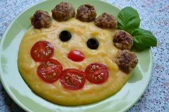 nase oblubene... zemiakova kasa (tentokrat mixnuta s mrkvou.. super je aj s cuketkou alebo brokolicou... - prirodne farbivaaa :))) a masove gulicky (hovadzie+bravcove+ryza+gyros korenie+sol+korenie+bazalka+vajcia+sojova+worchestrova omacka+horcica