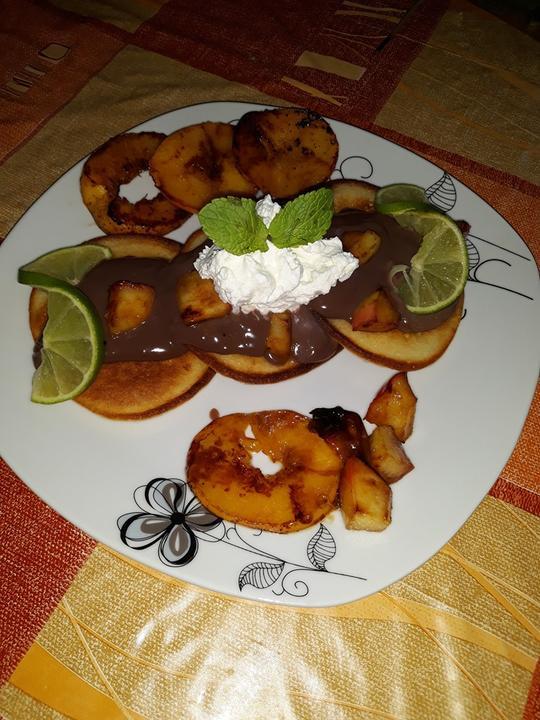 Lievance s čokoládovým pudingom a ovocím restovaným na karamele